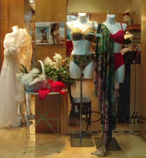"""Escaparate especial """"tallas grandes"""" de la moda baño 2012 de Antigel"""