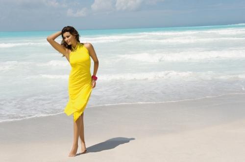 la strass mania de la moda baño 2013 de Antigel en color amarillo