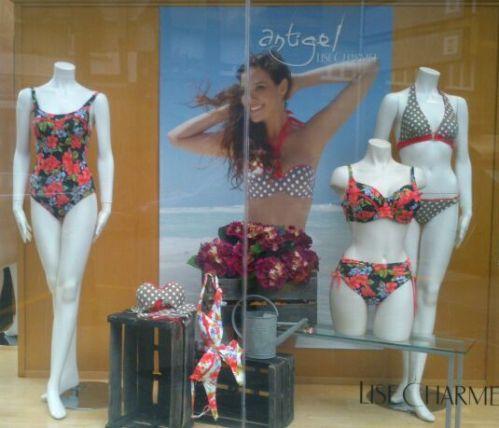 escaparate con bañadores y bikinis de Antigel 2013