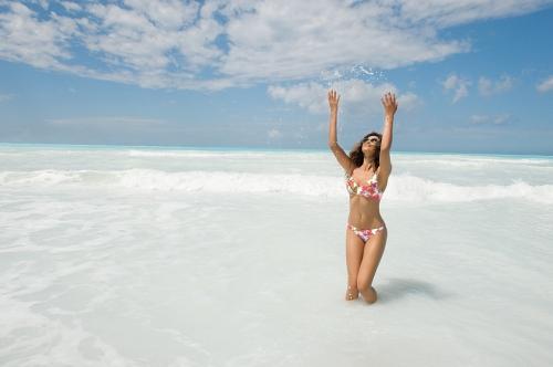 bikini estampado en fondo blanco de Antigel moda baño 2013