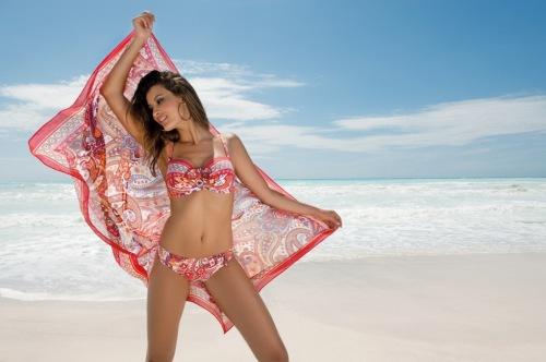 bikini y pareo estampado de la coleccion la foulard chic de Antigel 2013