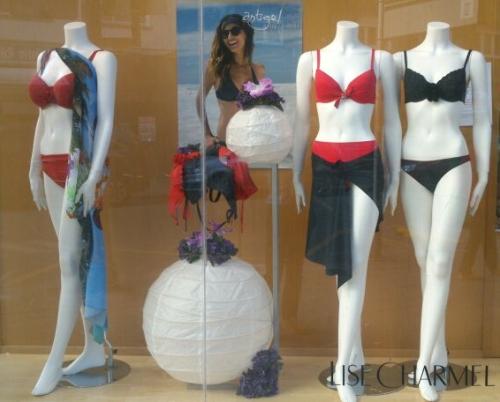 escaparate en Pespunttes con bikinis, bañadores y pareos de la marca Antigel en Gijón