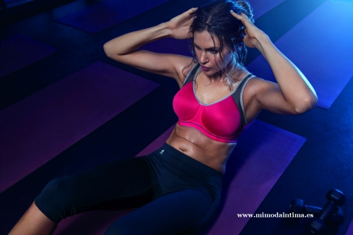 FREYA-ACTIVE-SONIC-HOT-CRIMSON-UW-MOULDED-SPORTS-BRA-AA4892-FREEDOM-BLACK-PERFORMANCE-CAPRI-PANT-AA4005-CONSUMER-PRINT-AW17_pespunttes_gijon